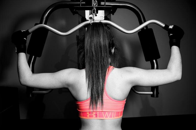 背中を鍛える女性