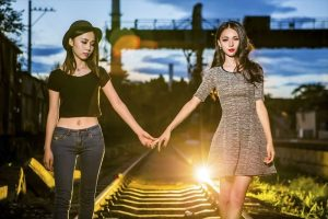 手をつなぐ二人の女性