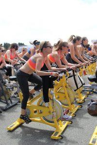 サイクリングマシン女性