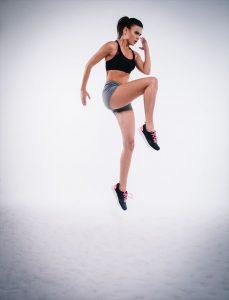 ジャンプする女性もも上げ
